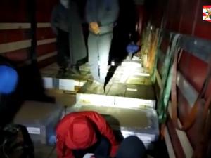 VIDEO: Policisté na jihu Moravy zastavili kamion vezoucí dvanáct uprchlíků. Za poslední týdny takto zadrželi už desítky lidí
