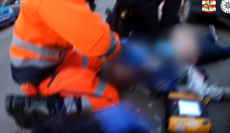 VIDEO: Pozorný muž nabídl v Brně pomoc ženě, která měla problémy s autem. Poté zkolaboval