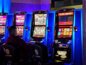 Hazard se během pandemie přesunul na internet. Jeden patologický hráč negativně ovlivní až osm lidí