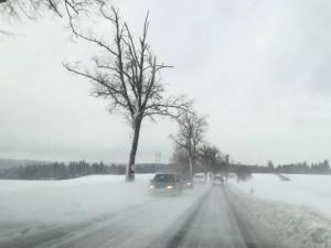 Na jihu Moravy od rána sněží. Policisté řešili už dvě desítky nehod, sníh komplikuje dopravu