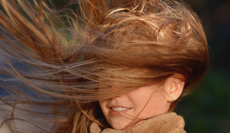 POČASÍ NA SOBOTU: Víkend profoukne čerstvý vítr, meteorologové varují před silnými nárazy