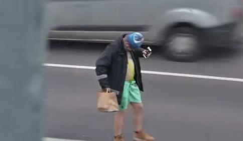 VIDEO: Muž si odmítal v obchodě nasadit roušku, urážel zákazníky a pak v zimě polonahý stopoval na silnici