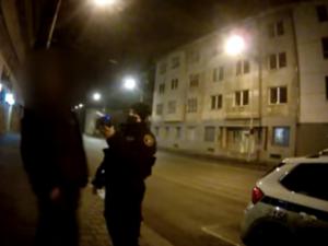 VIDEO: Opilý dědeček vedl svého vnuka nočním Brnem, vraceli se z večírku