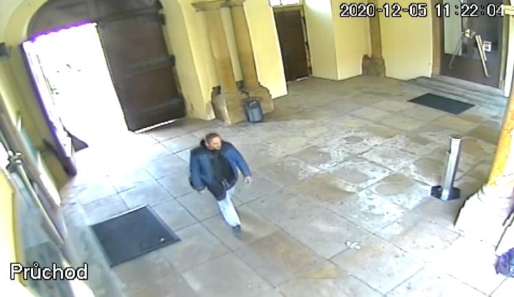VIDEO: Zloděj okradl novomanžele přímo na radnici v Brně. Pátrají po něm policisté