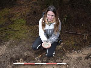 Při procházce v lese našla žena z Brněnska stříbrný poklad z 15. století