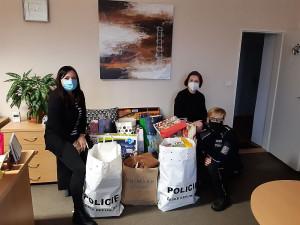 Policisté přivezli dárky dětem na onkologii a do dětského domova