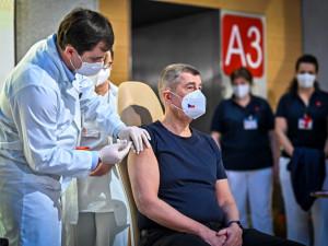 V Česku začalo očkování proti koronaviru. V Praze dostal první dávku premiér Babiš, v Brně ministr Blatný