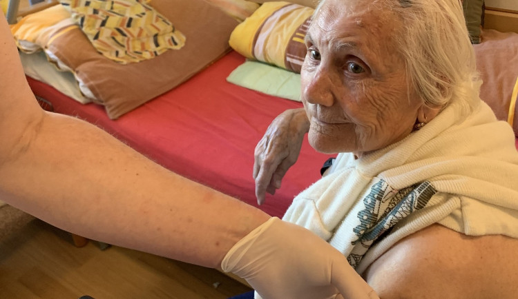 V Brně začalo očkování v domově pro seniory