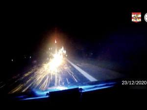 VIDEO: Zářil jako vánoční kometa. Řidič s drogami v přihrádce ujížděl před policisty, až za ním létaly jiskry