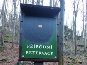 V Moravském krasu po letech opět řádí rádoby patriotský vandal. Přelepuje cedule moravskou orlicí