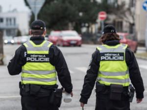 Muž se na ulici v Brně snažil vyměnit baterii nepojízdnému autu. Strážníci zjistili, že ho ukradl