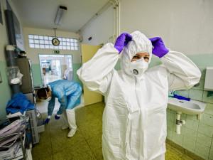 Během víkendu rychle narostl počet hospitalizovaných s koronavirem, Fakultní nemocnice stahuje personál z jiných zařízení