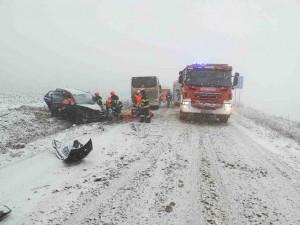 Sníh komplikuje dopravu na jihu Moravy. Na Brněnsku se srazil autobus s autem, jeden těžce zraněný