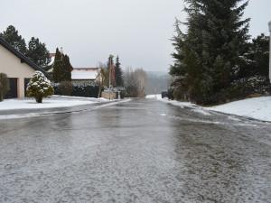 Teploty klesají pod nulu a venku hrozí ledovka. Meteorologové varují před nehodami a úrazy