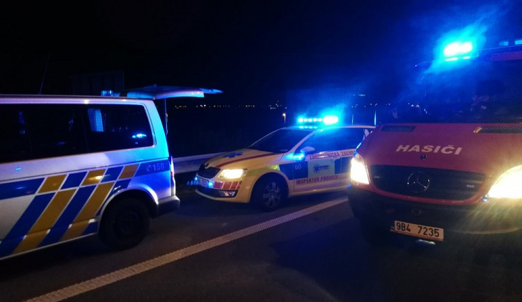 Muž uviděl auto otočené na střechu, uvnitř našel mrtvého řidiče. Policisté hledají svědky