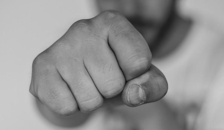 Opilý čtyřicetiletý muž v trolejbusu hrubě napadl skupinku mladíků. Jednoho z nich venku začal i mlátit