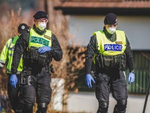 Útočníci s revolverem se vloupali do domu seniorky v Brně, i přes fyzické napadání nic jim nevydala