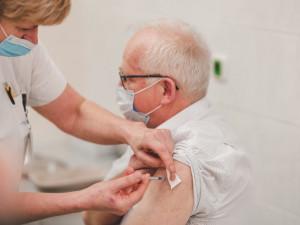 Jihomoravský kraj spustí vlastní telefonní linku, kde se mohou lidé starší 80 let objednat k očkování
