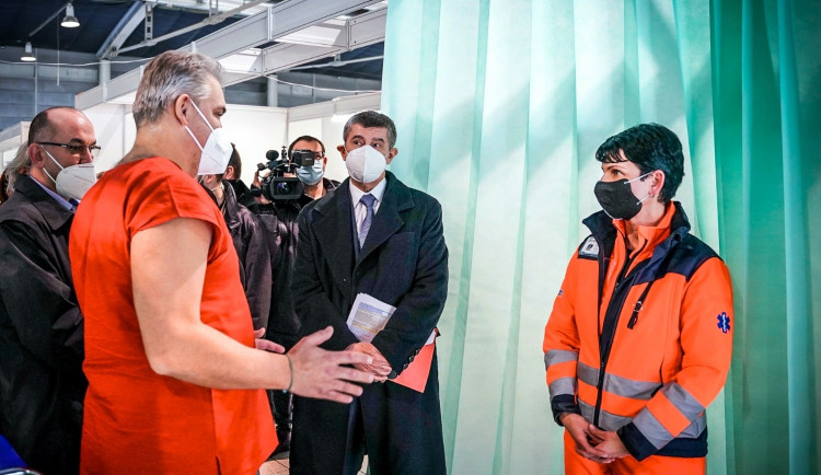 Premiér Babiš přijel do Brna. Vyfotil se v očkovacím centru a odjel, primátorce nebo hejtmanovi neřekl ani slovo
