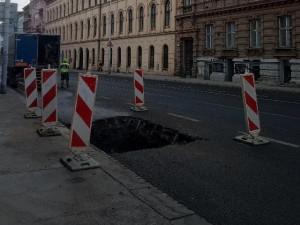 Kvůli havárii vodovodu museli dělníci znovu rozkopat část Veveří
