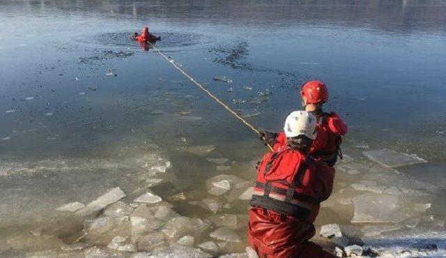 Prýgl zamrzl. Led však není dostatečně silný, v žádném případě na něj nevstupujte, varují strážníci