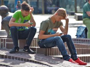 Základní škola v Boskovicích opět zakázala používání mobilů v hodině i o přestávkách, umožnila to novela zákona