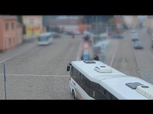 VIDEO: Policisté pátrají po svědcích nehody, dodávka narazila do autobusu
