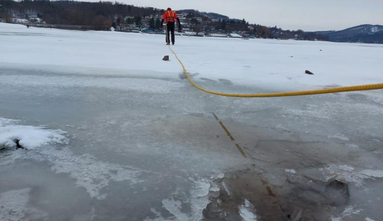 Tloušťka ledu na Prýglu nepřesahuje pět centimetrů. Vstup na zamrzlou plochu je velmi nebezpečný