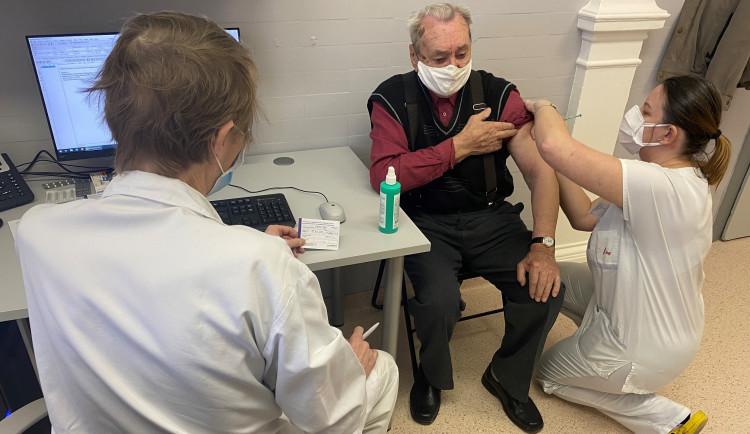 U svaté Anny začalo očkování registrovaných seniorů. Denně dostane vakcínu stovka lidí