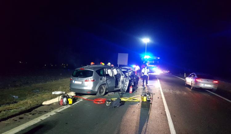 Na Brněnsku se v pondělí večer čelně srazila dvě auta, jeden člověk zemřel