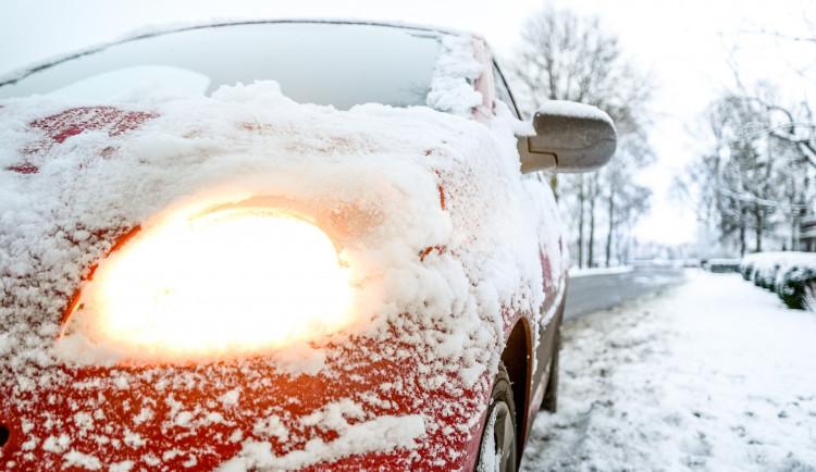 V zimě na silnicích. Auto neočistěné od sněhu si říká o pokutu, pro dopravu je navíc nebezpečné