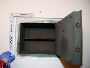 Zloděj vyprázdnil trezory a způsobil škodu dva miliony, majitel po něm našel i díru ve zdi