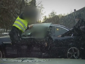 VIDEO: Zběsilý řidič ujížděl před policií na letních pneumatikách a se zákazem řízení