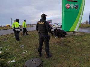 FOTO: Policisté objevili na jižní Moravě šest migrantů schovaných mezi rourami v rumunském kamionu