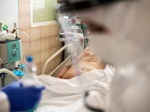 Městské nemocnice v Brně už nemají lůžka pro lidi s covidem-19. Jejich kapacity se naplnily