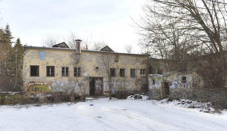 Místo zchátralé budovy bývalé vojenské jídelny Gigant na Kraví Hoře  vznikne park s lavičkami