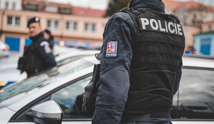 Zoufalý muž si na Brněnsku držel nůž u krku a chtěl se zabít, pak se popral s policisty