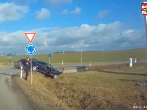 VIDEO: Šofér bez řidičáku, zato nejspíš posilněný drogami, uháněl před policisty. Zastavil ho až kruhový objezd