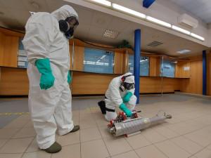 Strážníci dezinfikují brněnské úřady