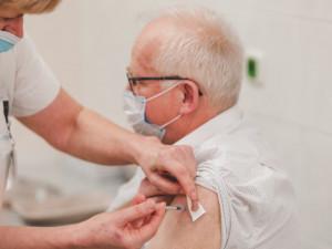 Do Fakultní nemocnice v Brně dorazilo prvních 1700 dávek vakcíny pro seniory