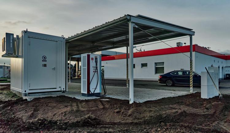 E.ON postavil svou první veřejnou dobíječku, která čerpá energii ze slunce