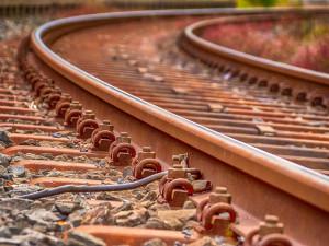 Žena o berli šla v noci domů po kolejích. Srazil ji vlak, ale přežila