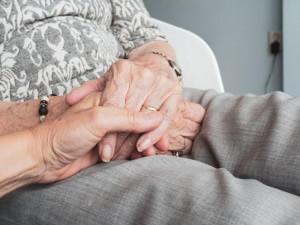 Seniorka v Brně si nevyzvedávala obědy, ani nezvedala telefon. Strážníci jí zachránili život na poslední chvíli