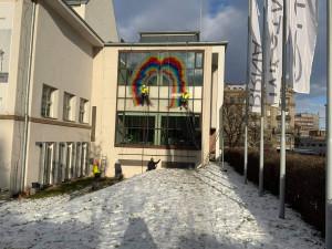 Dům umění města Brna slaví 110. výročí, budovu ozdobila obří olejová skvrna z PET lahví