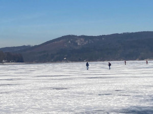 Pod pejskem na Pryglu se prolomil led a začal se topit, majitelka za ním musela skočit do ledové vody