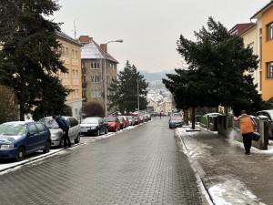 V Brně od rána trápí řidiče i chodce ledovka