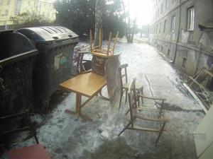 Muž v Brně si založil černou skládku přímo na chodníku