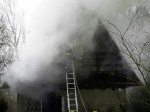 Chatu na Kozí horce zachvátil požár, hasiči s ohněm bojovali celý den