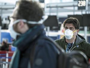 Brňané vykupují respirátory, některé lékárny hlásí vyprodáno