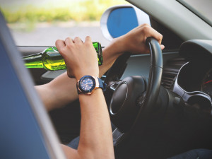 Opilý řidič v Brně se před policisty schoval pod zaparkovaným autem